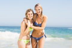 Twee gelukkige vrouwen op het strand Royalty-vrije Stock Foto's