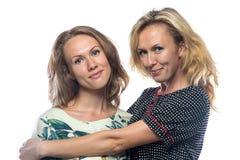 Twee gelukkige vrouwen op witte achtergrond Royalty-vrije Stock Afbeeldingen