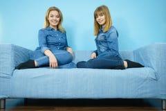 Twee gelukkige vrouwenvrienden die jeansuitrusting dragen Stock Fotografie