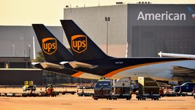 Twee geparkeerde staarten van UPS B757 stock fotografie
