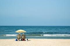 Twee gepensioneerden bij het strand royalty-vrije stock afbeelding