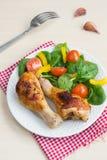Twee geroosterde kippenbenen met salade Royalty-vrije Stock Fotografie