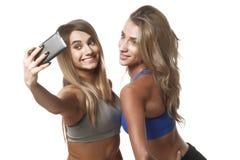 Twee geschiktheidsmeisjes maken selfie Royalty-vrije Stock Foto
