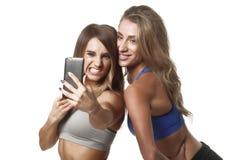 Twee geschiktheidsmeisjes maken selfie Stock Afbeeldingen