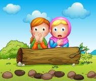 Twee geschokte meisjes die in de boomstam verbergen stock illustratie