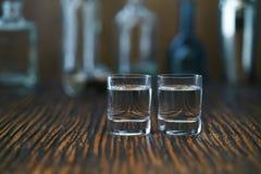 Twee geschotene glazen met wodka, selectieve nadruk Stock Foto's