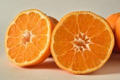 Twee gesneden sinaasappelen Royalty-vrije Stock Afbeelding