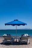 Twee Gestripte Blauwe Ligstoelen met Overzeese Mening Stock Foto's