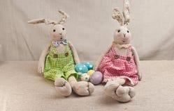 Twee gevuld, babykonijnen met vier gekleurd, paaseieren royalty-vrije stock fotografie