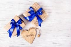 Twee giftdozen met blauwe linten en valentijnskaarten op een witte achtergrond De dag van de valentijnskaart `s De ruimte van het Royalty-vrije Stock Afbeelding