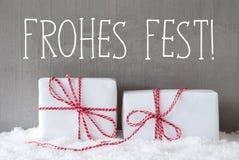 Twee Giften met Sneeuw, de Middelen Vrolijke Kerstmis van Frohes Fest Stock Foto's