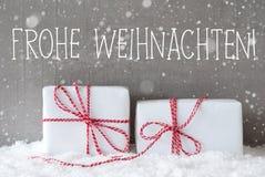 Twee Giften met Sneeuwvlokken, de Middelen Vrolijke Kerstmis van Frohe Weihnachten Stock Afbeelding