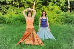 Twee girls do yoga Stock Afbeeldingen