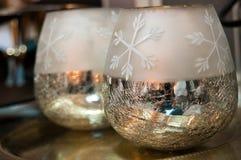 Twee glanzende Kerstmiskommen als huisdecoratie Royalty-vrije Stock Foto's