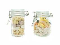 Twee glasflessen met pillen Royalty-vrije Stock Foto's
