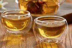 Twee glaskoppen en theepot met groene thee Royalty-vrije Stock Afbeeldingen