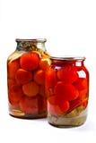 Twee glaskruiken van ingeblikte tomaten op witte achtergrond Royalty-vrije Stock Foto's
