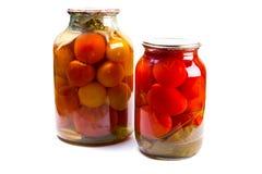 Twee glaskruiken van ingeblikte tomaten op witte achtergrond Royalty-vrije Stock Foto