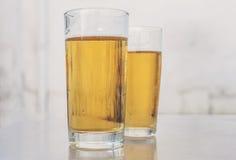Twee glazen bier Stock Foto's