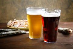 Twee glazen bier met droge vissen Royalty-vrije Stock Afbeelding