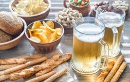 Twee glazen bier met voorgerechten Royalty-vrije Stock Afbeeldingen