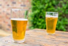 Twee glazen bier op een lijst openlucht Royalty-vrije Stock Foto