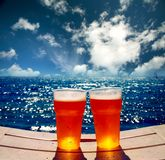 Twee glazen bier op een strand Stock Afbeeldingen