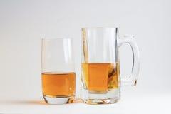 Twee glazen bier op witte achtergrond Royalty-vrije Stock Afbeeldingen
