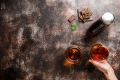Twee glazen brandewijn of cognac stock foto