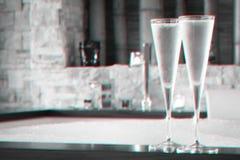 Twee glazen champagne dichtbij Jacuzzi De achtergrond van valentijnskaarten Romaans concept Glitch effect royalty-vrije stock fotografie