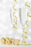 Twee glazen champagne en Nieuwjaardecoratie Royalty-vrije Stock Afbeelding