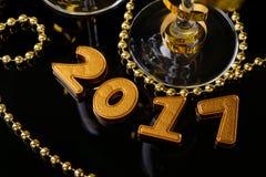 Twee glazen champagne en Nieuwjaardecoratie Stock Fotografie