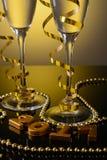 Twee glazen champagne en Nieuwjaardecoratie Royalty-vrije Stock Afbeeldingen