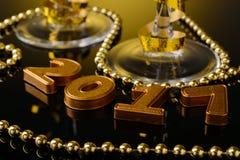 Twee glazen champagne en Nieuwjaardecoratie Stock Afbeeldingen