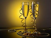 Twee glazen champagne en Nieuwjaardecoratie Royalty-vrije Stock Fotografie
