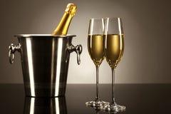Twee glazen champagne met een champagneemmer Royalty-vrije Stock Foto