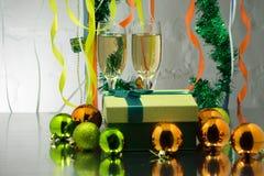 Twee glazen champagne met Kerstboomtak stock afbeeldingen