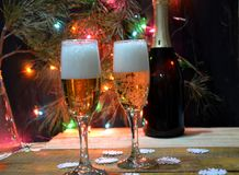 Twee glazen champagne op de achtergrond van champagne Kerstboom met Kerstmislichten Nieuwe jaar en Kerstmis Royalty-vrije Stock Foto