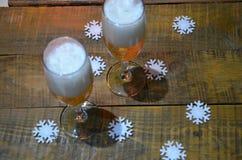 Twee glazen champagne op de achtergrond van champagne Kerstboom met Kerstmislichten Nieuwe jaar en Kerstmis Royalty-vrije Stock Afbeeldingen