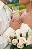 Twee glazen champagne tegen minnaars royalty-vrije stock fotografie