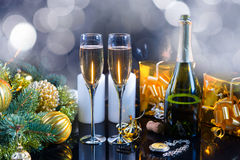 Twee glazen champagne voor Kerstmis of Nieuwjaar Stock Foto's
