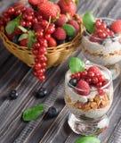 Twee glazen chiapudding met verse aardbeien, frambozen stock afbeelding