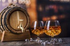 Twee glazen Cognac met ijsblokjes stock foto's