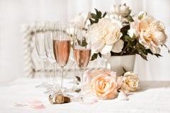 Twee glazen die met roze Champagne worden gevuld Stock Foto's