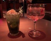 Twee glazen in een bar met rood licht royalty-vrije stock afbeelding