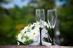Twee glazen en bloemen Stock Afbeelding