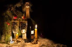 Twee glazen en een fles champagne Stock Fotografie