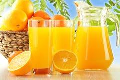 Twee glazen jus d'orange en vruchten Stock Foto