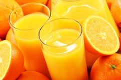 Twee glazen jus d'orange en vruchten Stock Afbeeldingen
