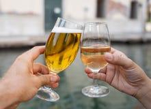 Twee glazen klikken het roosteren toejuichingen van paar het vieren vakantie royalty-vrije stock foto